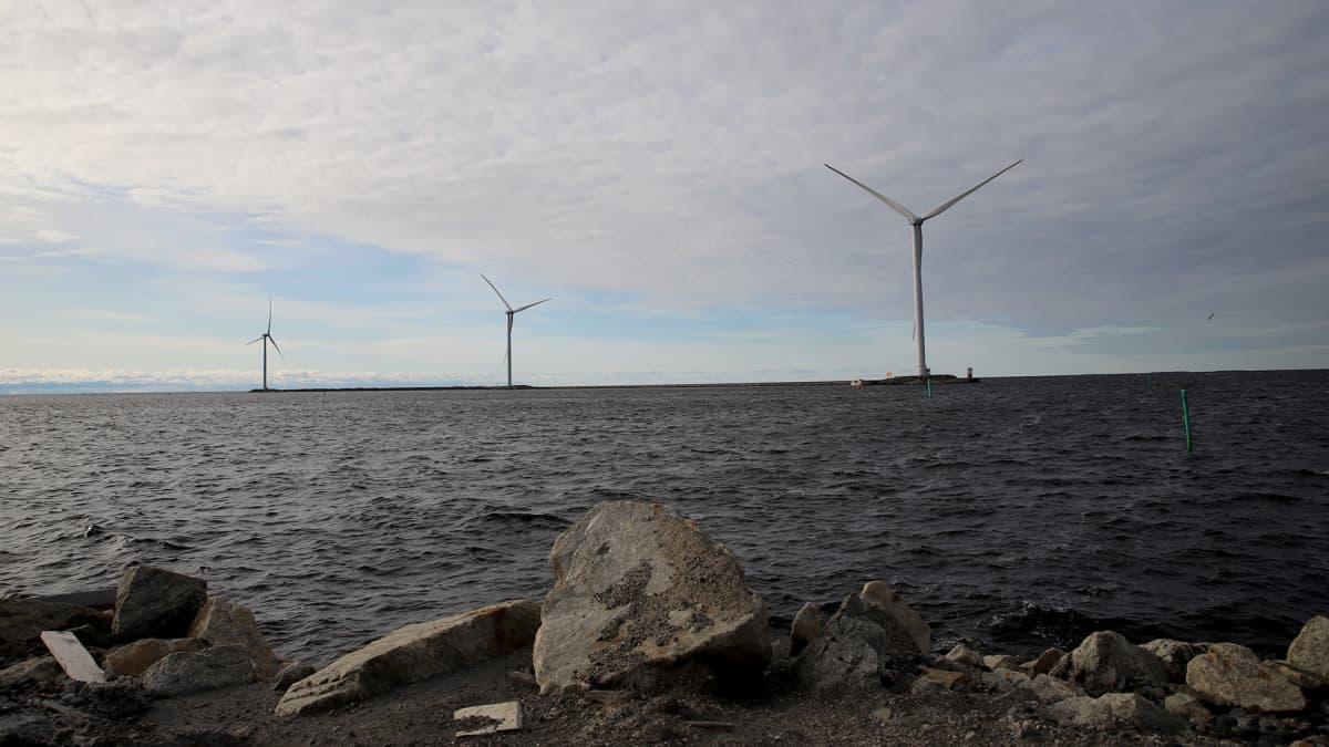 Ajoksen sataman tuulivoimalat.
