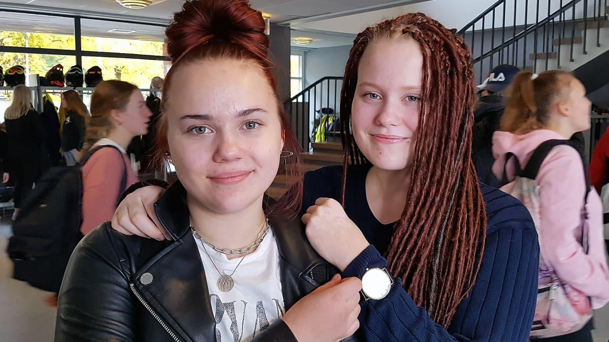 Julia  Mattinen ja Sofia Pylkäs koulun aulassa