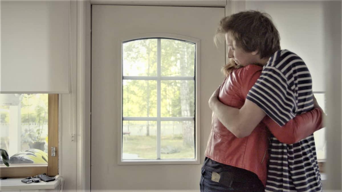 Katin puoliso Lassi halaa Katia ennen ensimmäistä päivää uudessa työpaikassa.