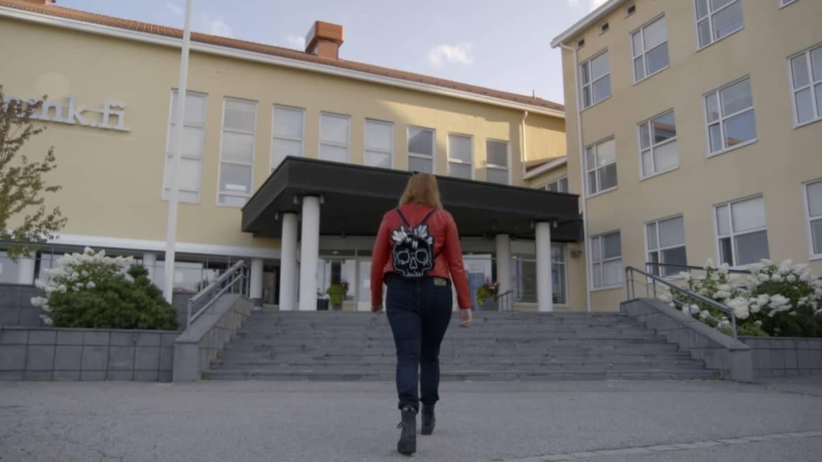 Kati kävelee uudelle työpaikalleen.