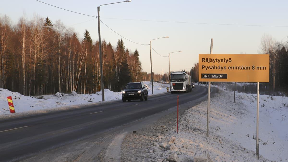 Rekka ja henkilöauto ajavat räjäytystyö alueella Maksniemessä Simossa nelostiellä.