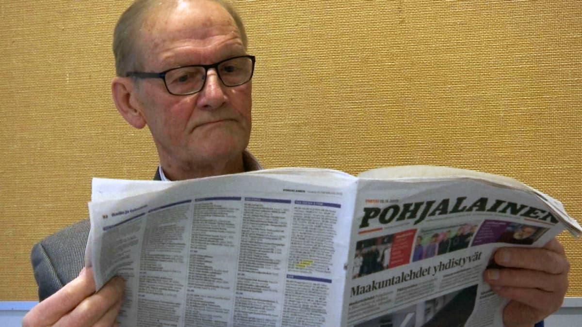 Martti Koski lukee lehteä
