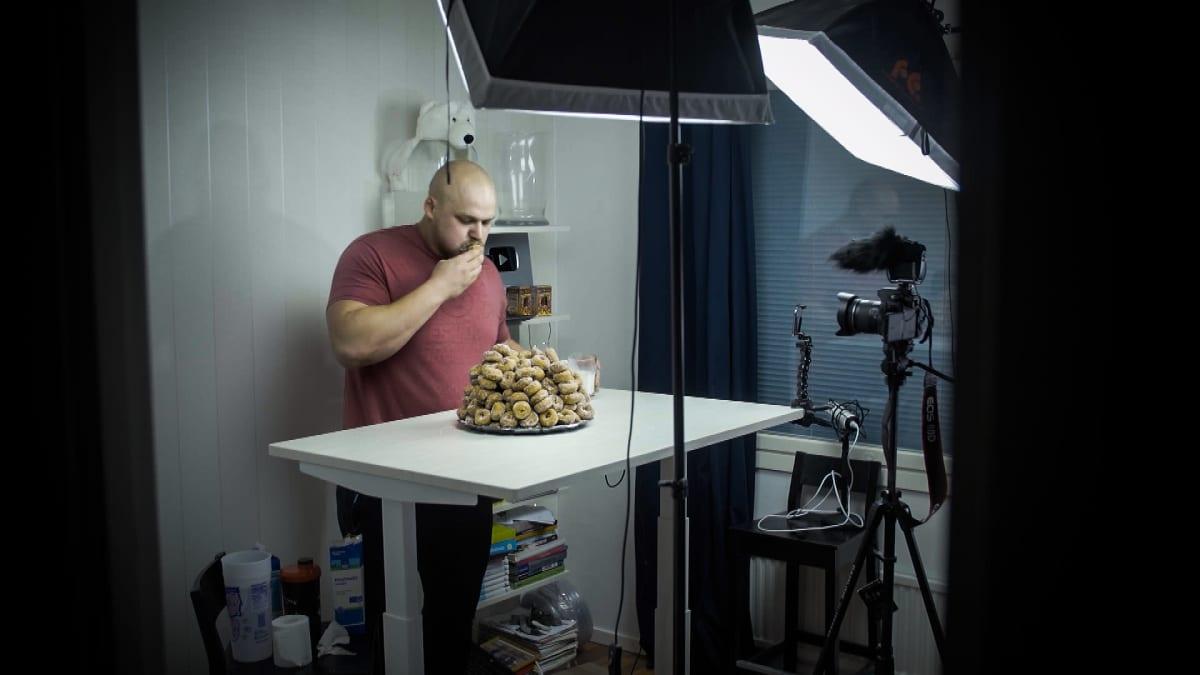Jesse Pynnönen syö donitsipinosta kuvatessaan syömishaastevideota