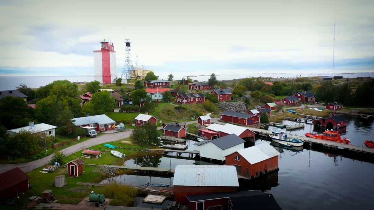 Ilmakuva Utön saaresta. Kuvassa näkyy satama, majakka sekä punaisia taloja