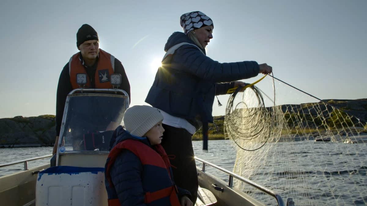 Aaltosen perhe on veneessä nostamassa verkkoja Utön saaren edustalla