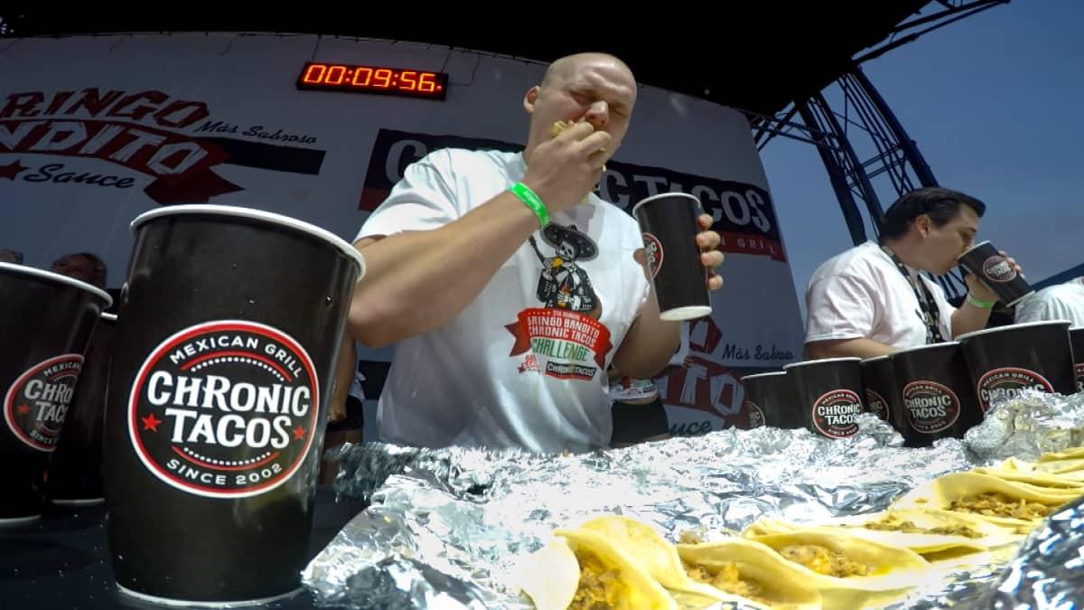 Jesse Pynnönen syö tacoja Los Angelesin kisoissa