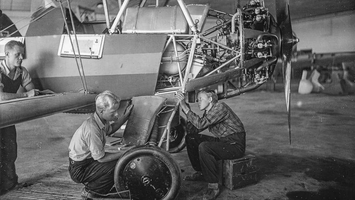 Pojat korjaavat lentokonetta