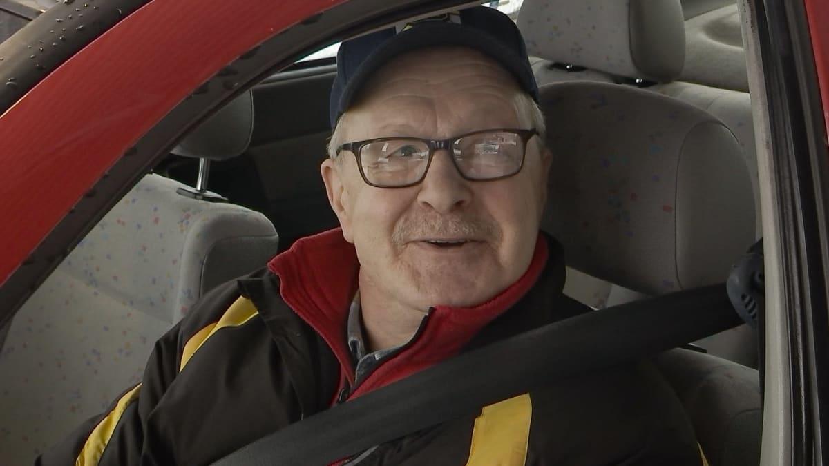 Heikki Ikäheimonen Nuijamaan raja-asemalla matkalla tankkaamaan Venäjälle.