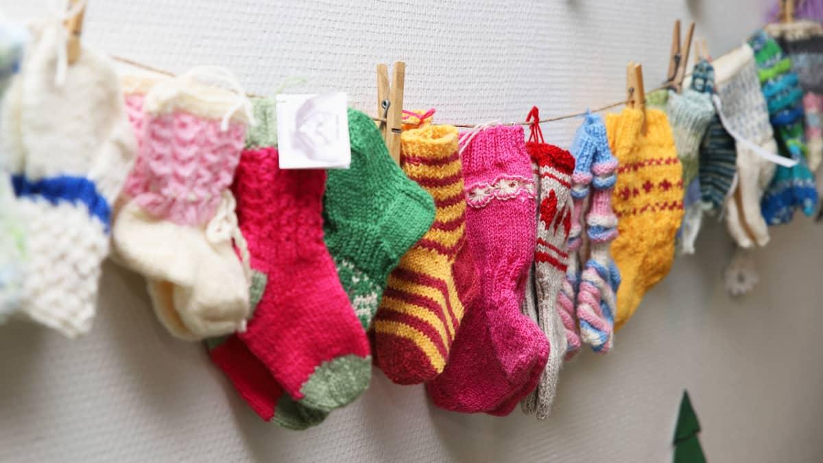 Lahjoittajien kutomia villasukkia pyykkinarulla Lapin keskussairaalassa