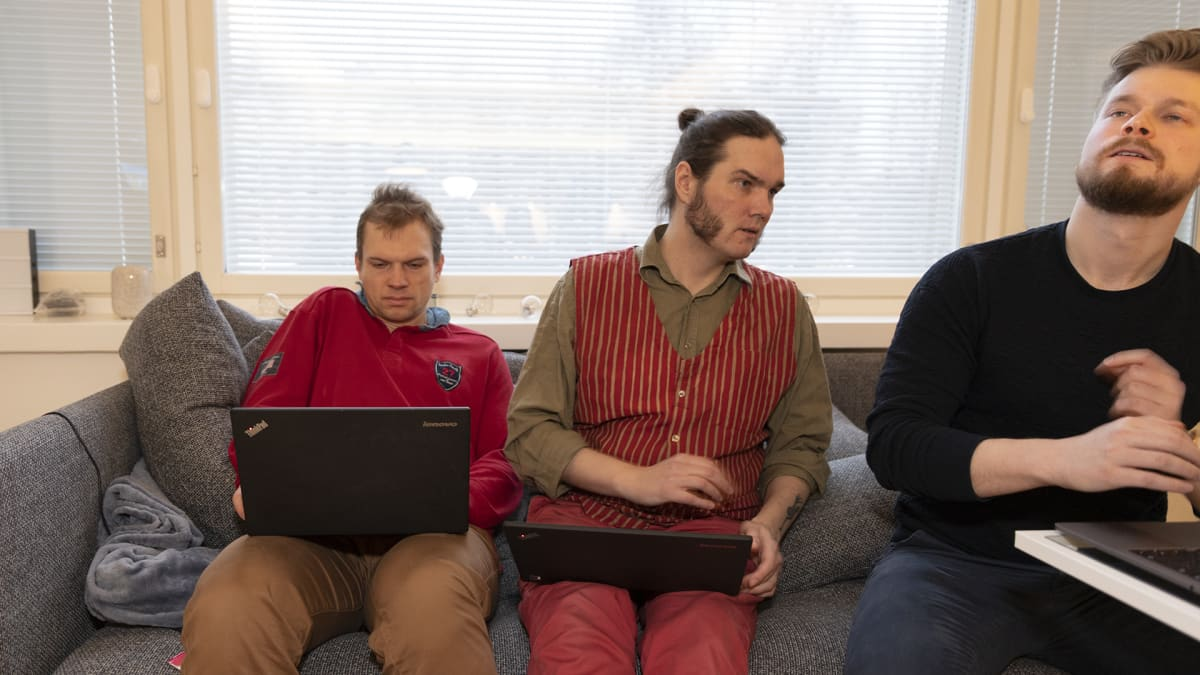 Atte Taskila, Kai Hyvärinen ja Tom Himanen istuvat sohvalla.