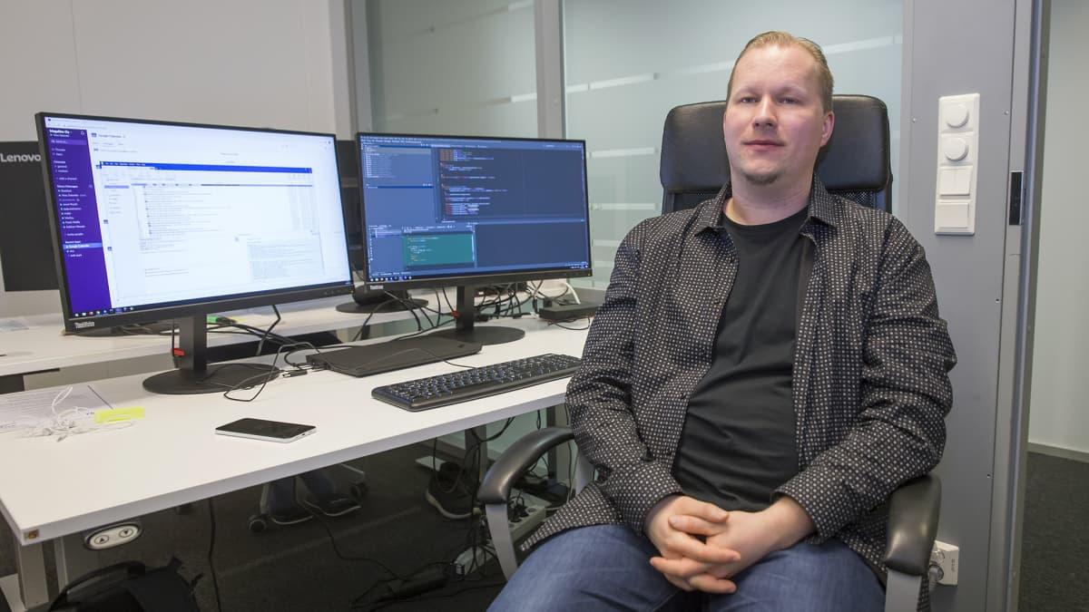 Juha Salander työpöydän äärellä
