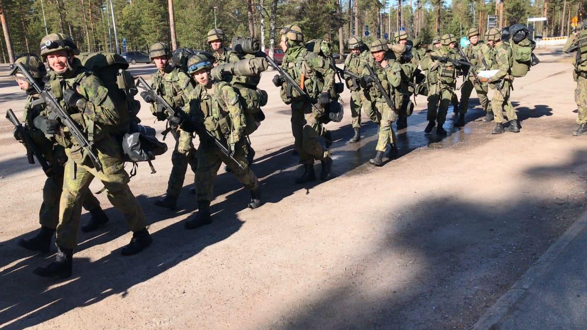 Joukko sotilaita marssii