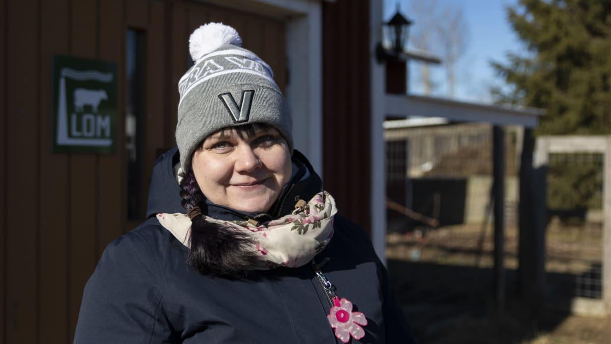 Hanna Luukinen seisoo navetan edustalla
