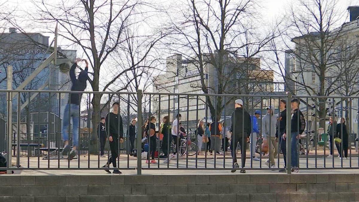 Nuoret pelaavat koripalloa Kimpisen koulun pihalla