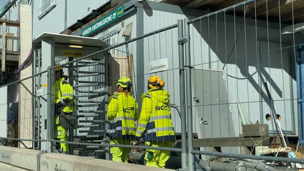 Työntekijät poistuvat NCC:n rakennustyömaalta Tampereen Ratinassa