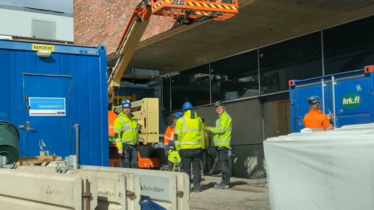 Työntekijät tauolla rakennustyömaalla Tampereen Ratinassa