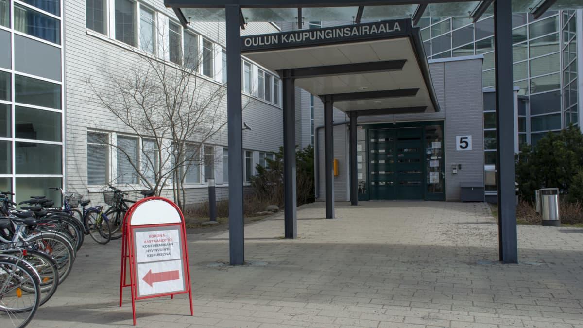 Oulun kaupunginsairaalaan sisäänkäynti keväällä