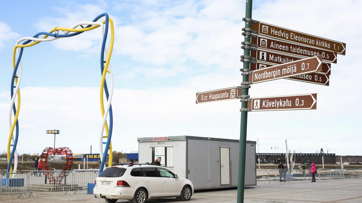 Rajalla Kauppakeskuksen takapihan rauta-aita, joka erottaa Suomen ja Ruotsin rajan.