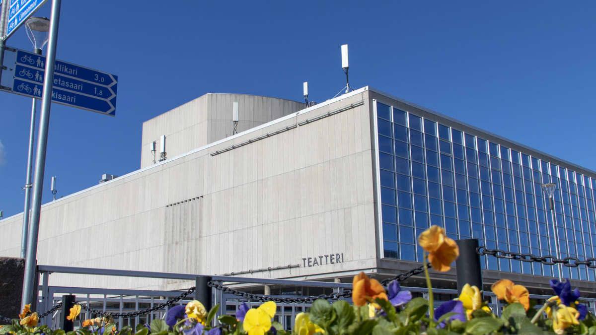 Oulun kaupungin teatteri, ulkokuva Oulun kaupunginteatterin hankintasotkut voitiin julkaista vasta korkeimman hallinto-oikeuden päätöksellä.