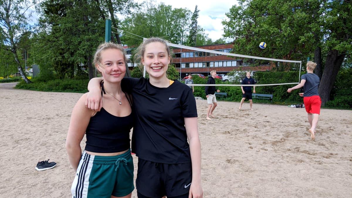 Kaksi tyttöä rannalla.