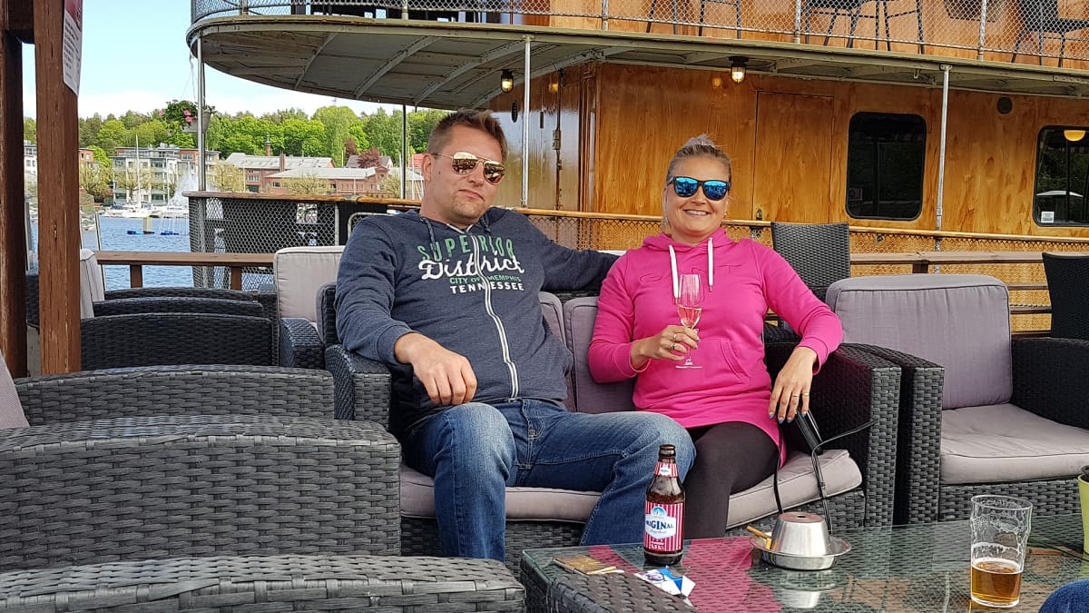 Topi ja Sari Suvi-Saimaan laivaterassilla