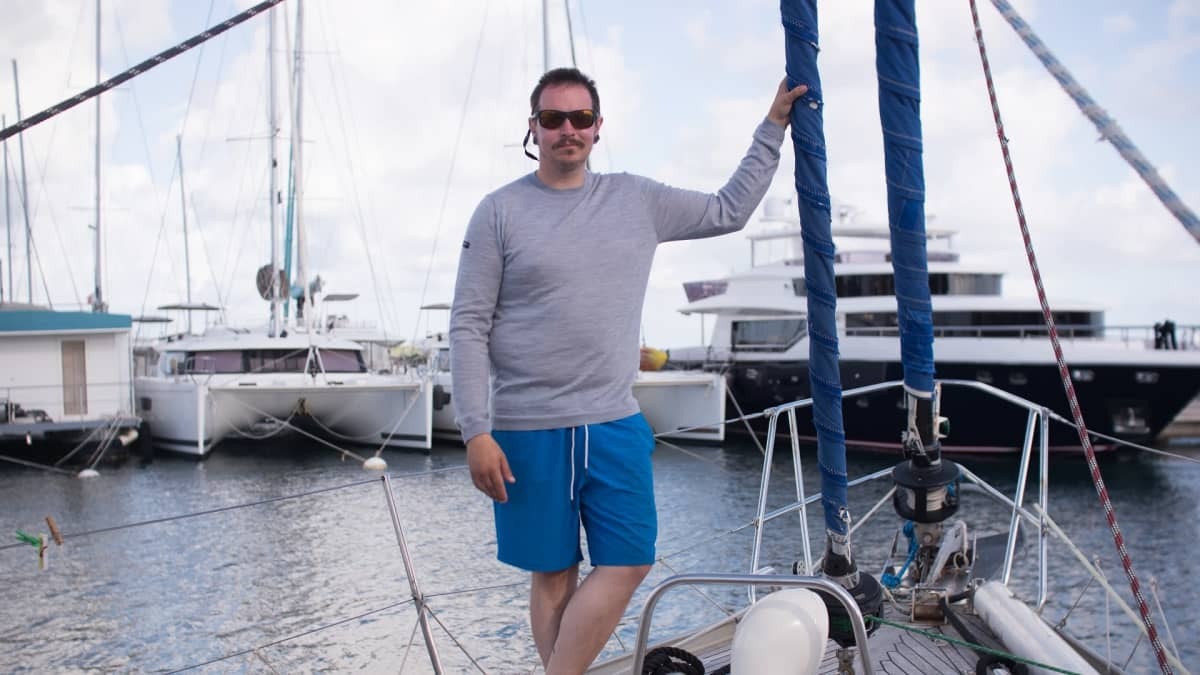 Antti Keränen seisoo purjeveneessä.