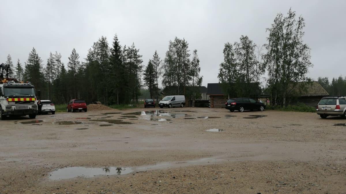 Parkkipaikka Suomussalmella.