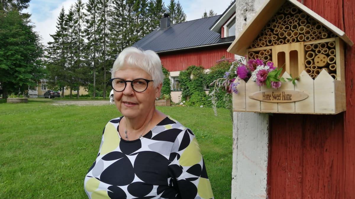 Irja TIkkanen hyönteishotellin vieressä.