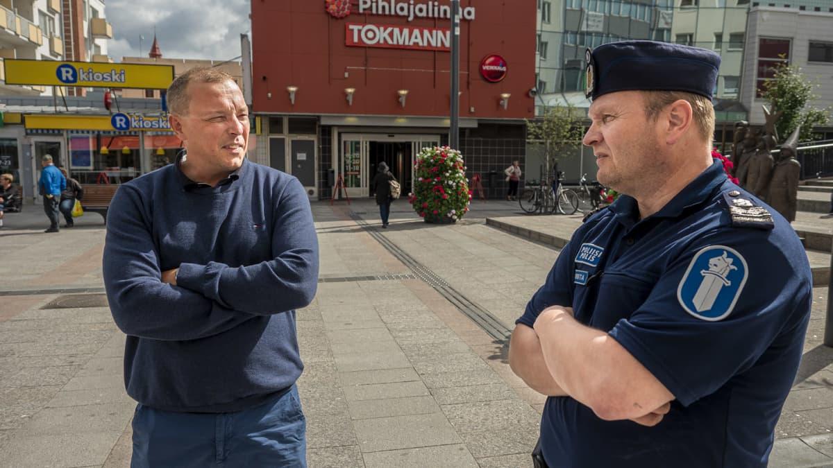 Sami Heikkilä (oik) ja Oulun poliisin kenttäryhmän johtaja Jyrki Rintakoski (vas) muistelevat Oulun mellakoita vuonna 1990