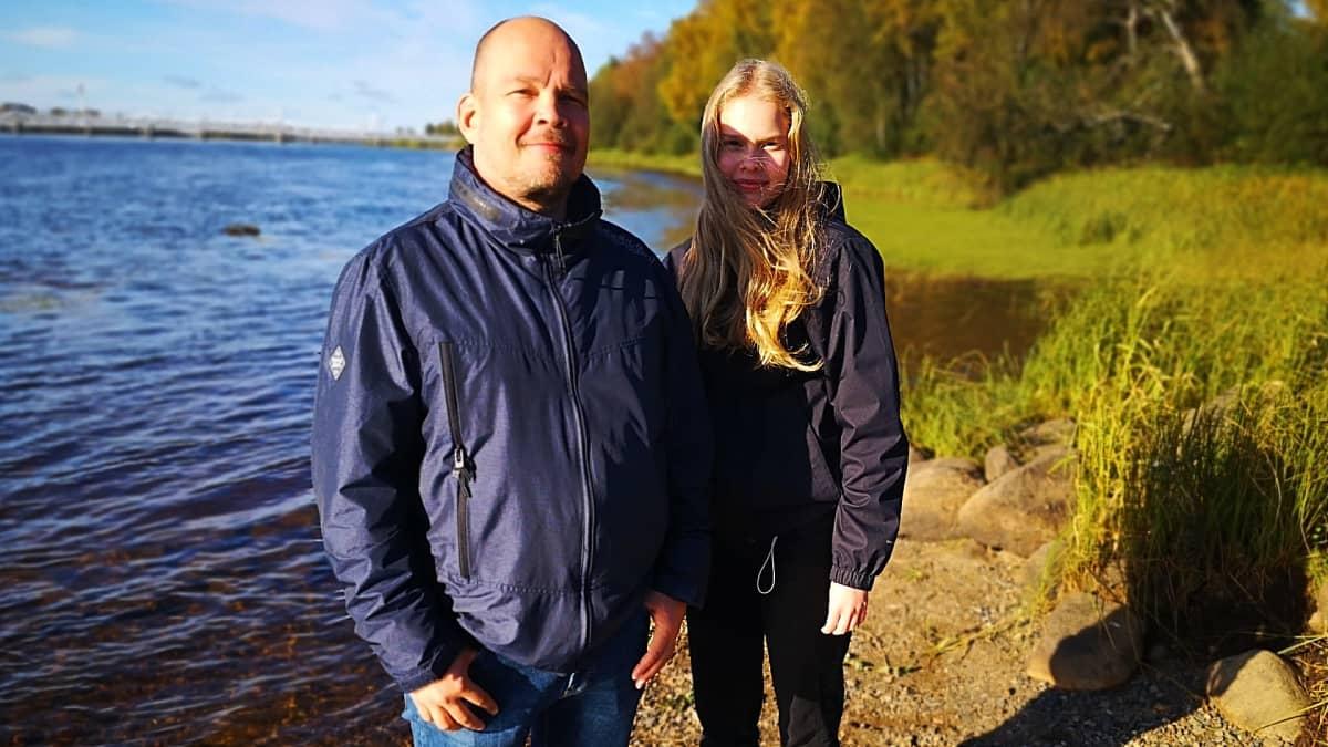 Marko ja Anni Myllylä seisovat Tornionjoen rannalla.