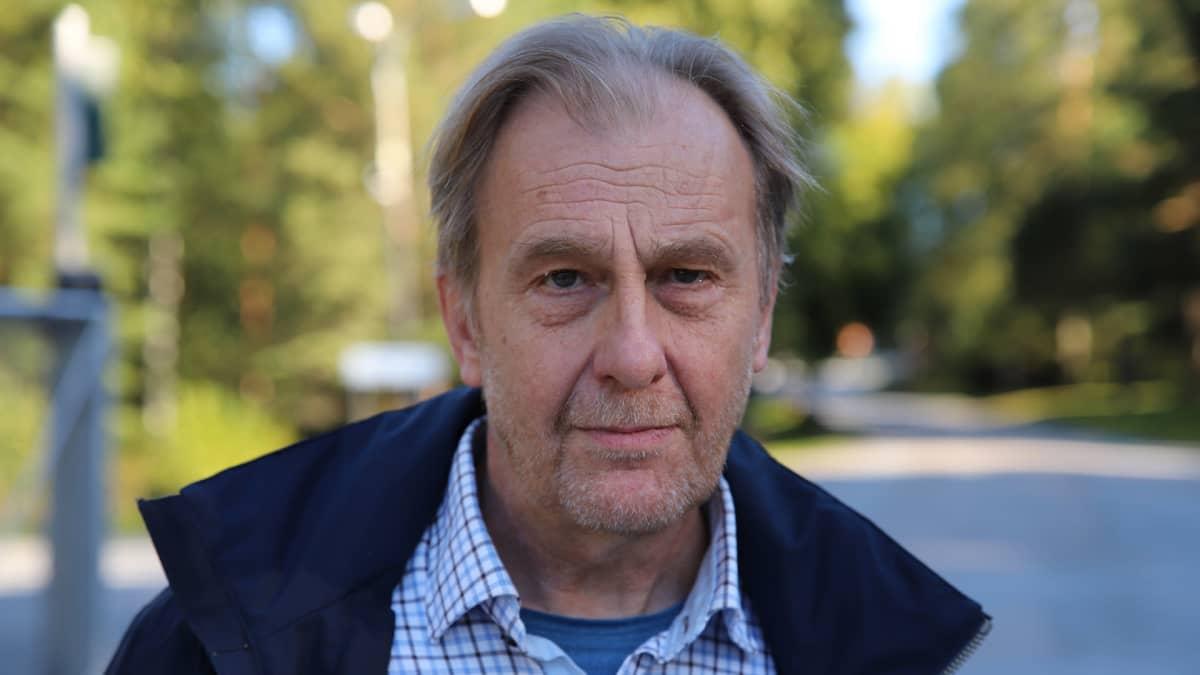 Vaasan kaupungin ympäristötoimen johtaja Christer Hangelin lähikuvassa Kemiran portin edustalla Vaasassa.