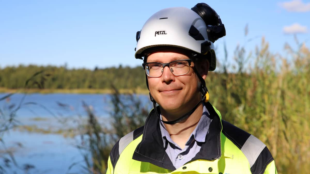 Kemiran projektipäällikkö Teemu Mattila seisoo Vaasan tehdasalueella, lähikuva.