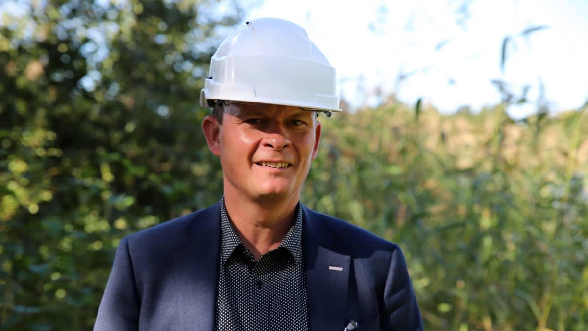 Kemiran viestintäjohtaja Tero Huovinen seisoo työmaakypärä päässä Vaasan entisellä tehdasalueella. Lähikuva