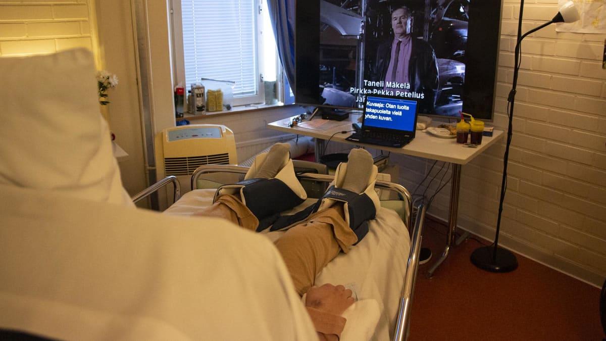 Teemu katsoo pöydällä olevaa tietokoneen näyttöä, jossa tekstitulkkaus.