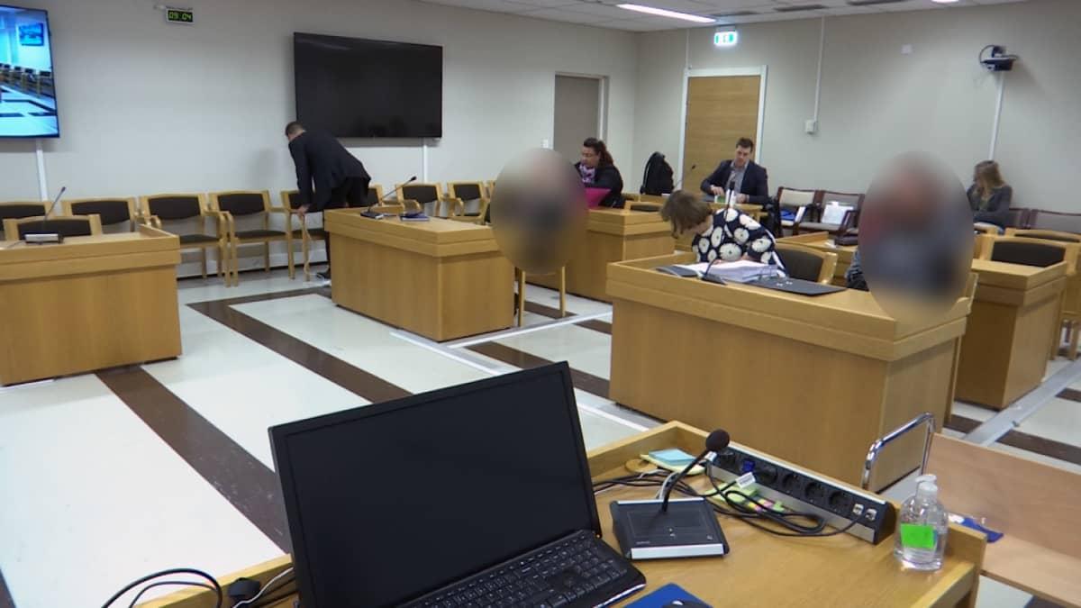 Koirasusien kasvattamisesta syytettyjä ja lakimiehiä Hämeenlinnan käräjänoikeudessa.