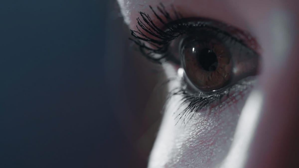 Nainen avaa silmänsä kauhistuneena
