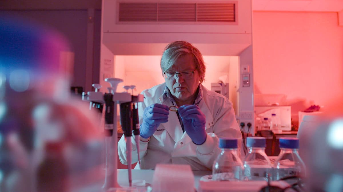 Dna-tutkija Jari Louhelainen tarkastelee laboratorionäytettä.