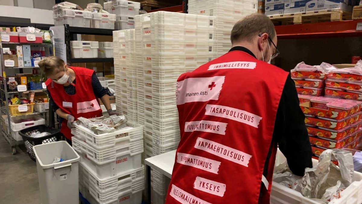 SPR:n vapaaehtoiset pakkaavat ruoka-apua Tampereen Ruokapankissa