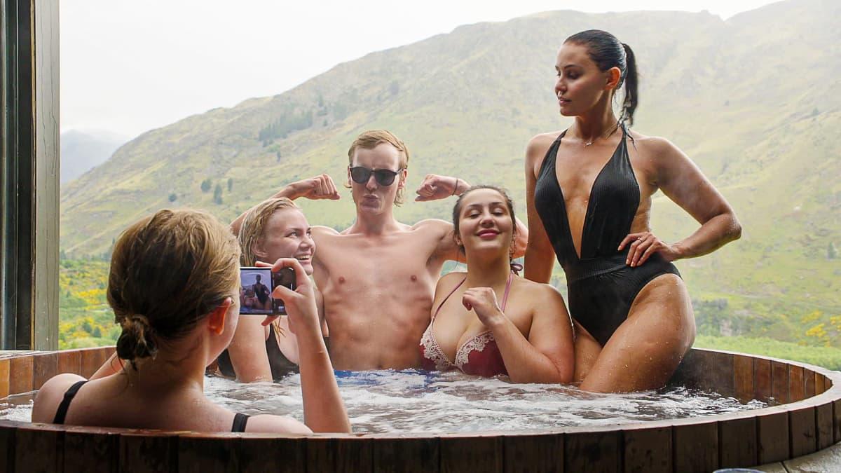 Sini (ottaa valokuvaa), Ada, Jussi, Emel ja Jane istuvat paljussa.