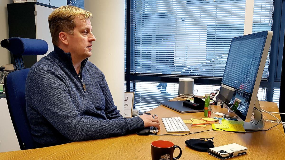 Etelä_Karjalan yrittäjien toimitusjohtaja Jami Holtari työpöytänsä ääressä