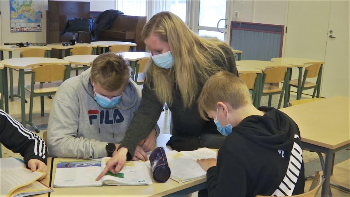 Resurssiopettaja Eveliina Toppari opettaa yläkoululaisia Isokyrön koulukeskuksen tiloissa.