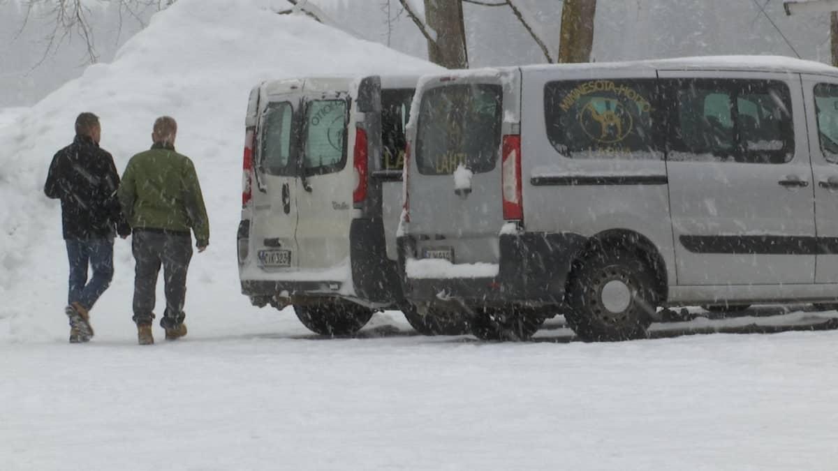 Minnesota-hoitoyksikön pihalla Lapualla kaksi miestä ja autoja
