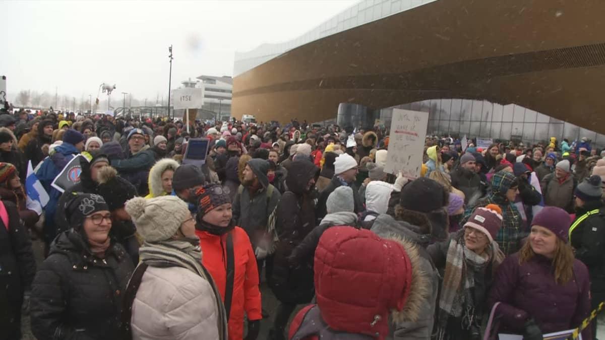 Massor av människor (utan munskydd) samlade på Medborgarplatsen i Helsingfors.