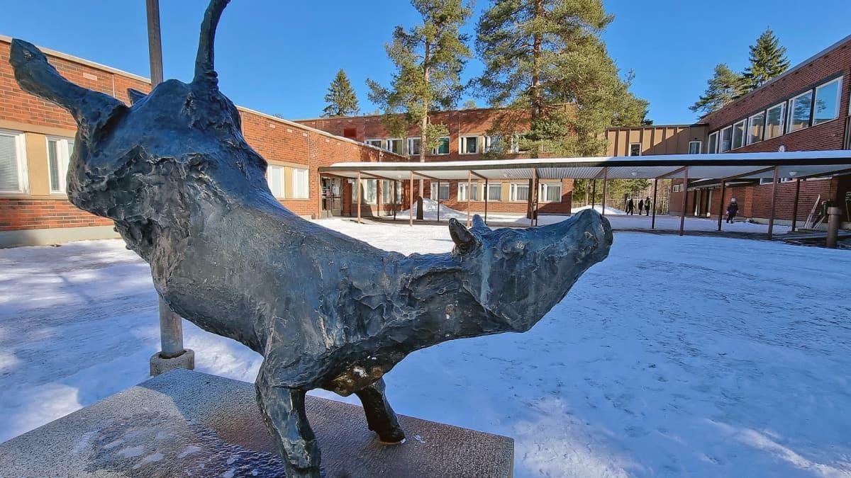 Vasikka -veistos Voisalmen koulun pihalla