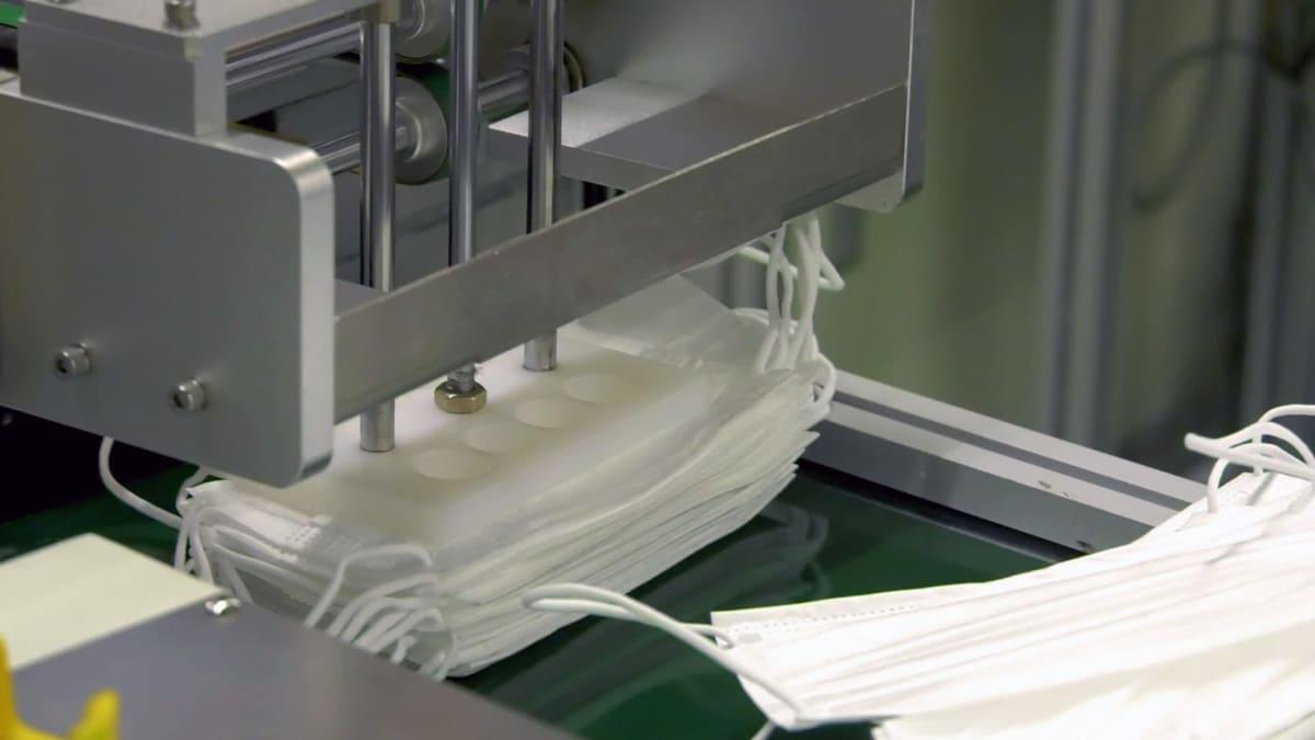 en maskin som lagar munskydd.