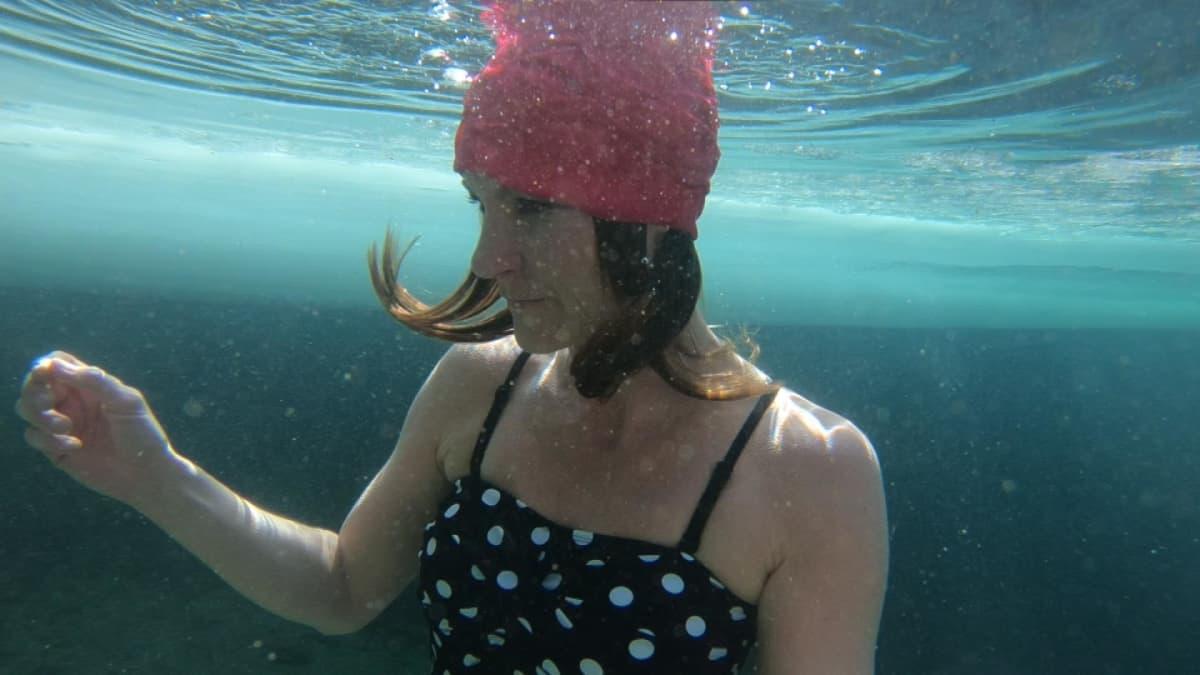 Johanna Nordblad sukelluksissa jään alla.