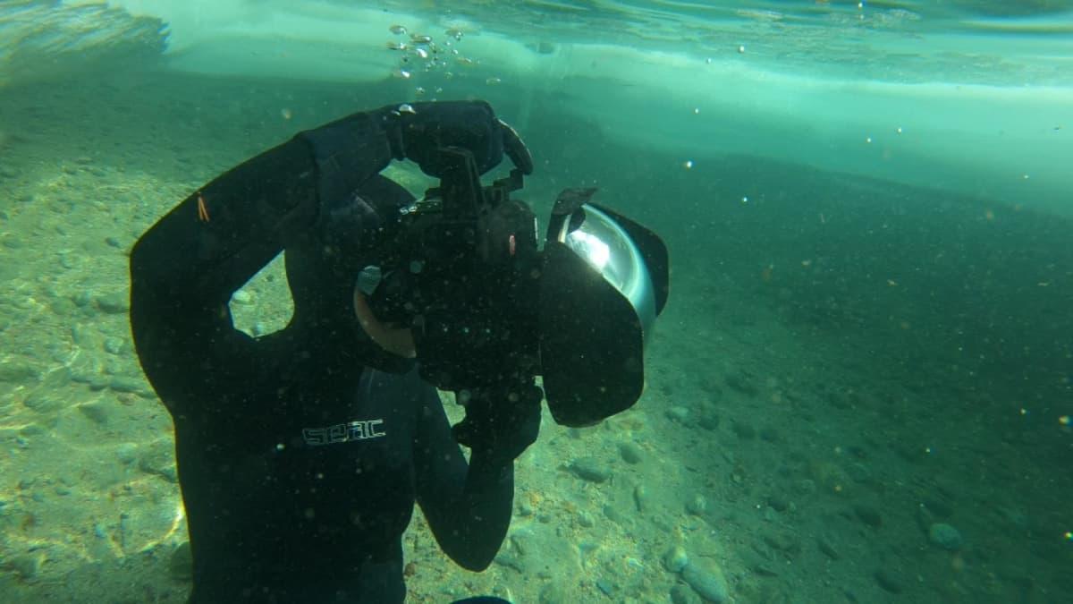Elina Manninen valokuvaa veden alla.