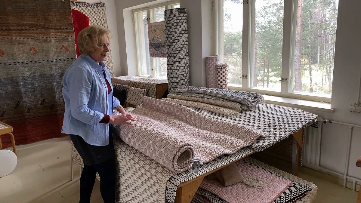Tekstiilitaiteilija Eija Rasinmäki esittele Pudos-mattoja Oitin kutomossa