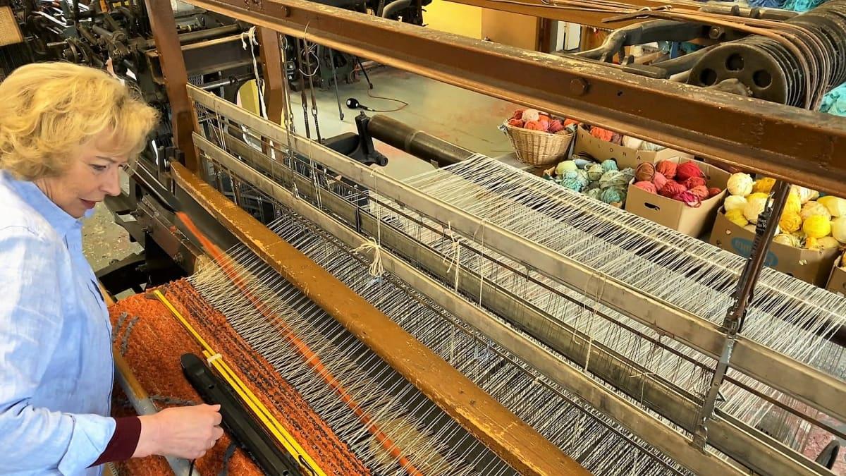 Tekstiilitaiteilija Eija Rasinmäki kutoon Oitin kutomossa räsymattoa