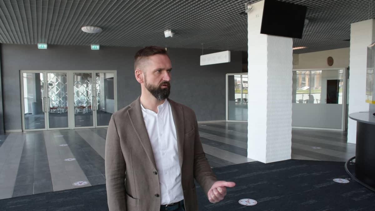 Edgars Buncis puhuu toimittajalle Arena Riga -jäähallin aulassa.
